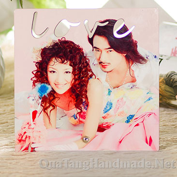 in-anh-len-go-hinh-vuong-co-chu-love